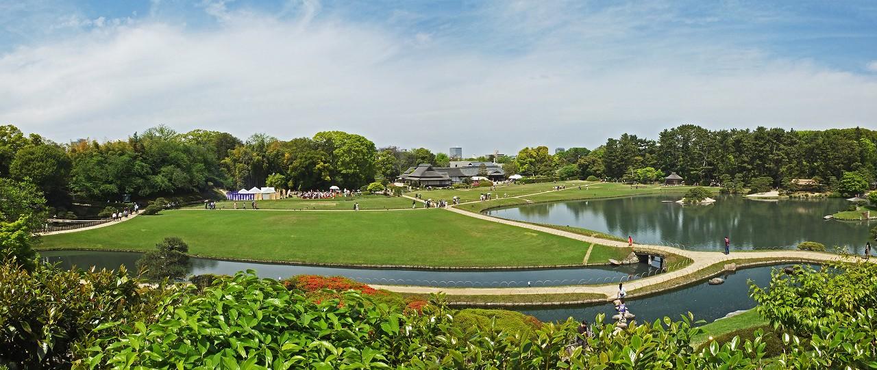 s-20160424 後楽園栄西茶会の日唯心山頂上から眺める園内野点のワイド風景 (1)