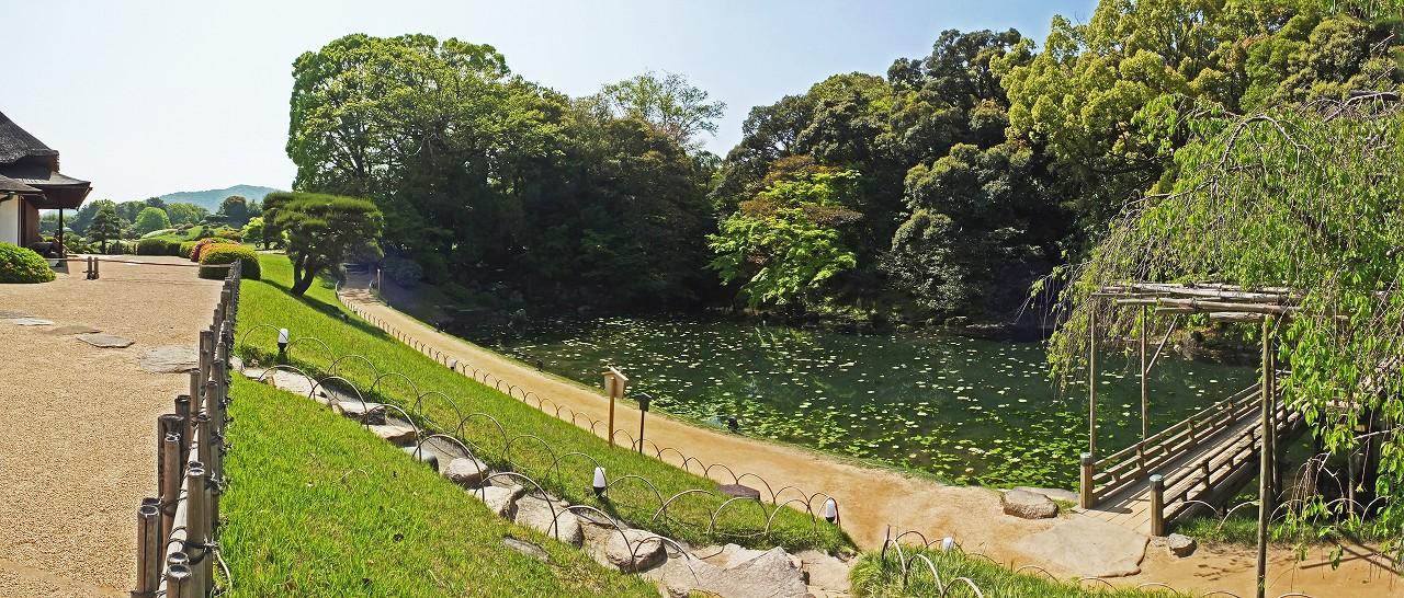 s-20160426 後楽園今日の栄唱の庭側から眺めた花葉の池のワイド風景 (1)