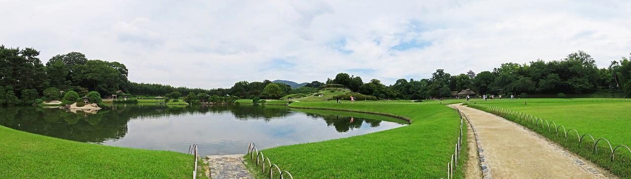 s-20160712 後楽園今日の午後の沢の池越しに眺める園内ワイド風景 (1)