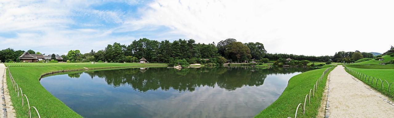 s-20160924 後楽園今日の沢の池越しに眺める園内ワイド風景 (1)