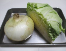 春キャベツと新玉ねぎの煮物 材料①