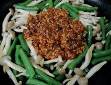インゲンとしめじの鶏味噌炒め 調理⑥