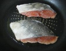 秋鮭のバジルレモンバターソース 調理①