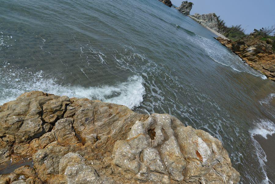 岩場の波-2