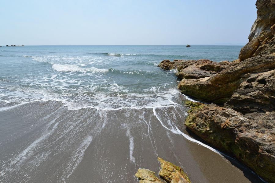 岩場の波-4