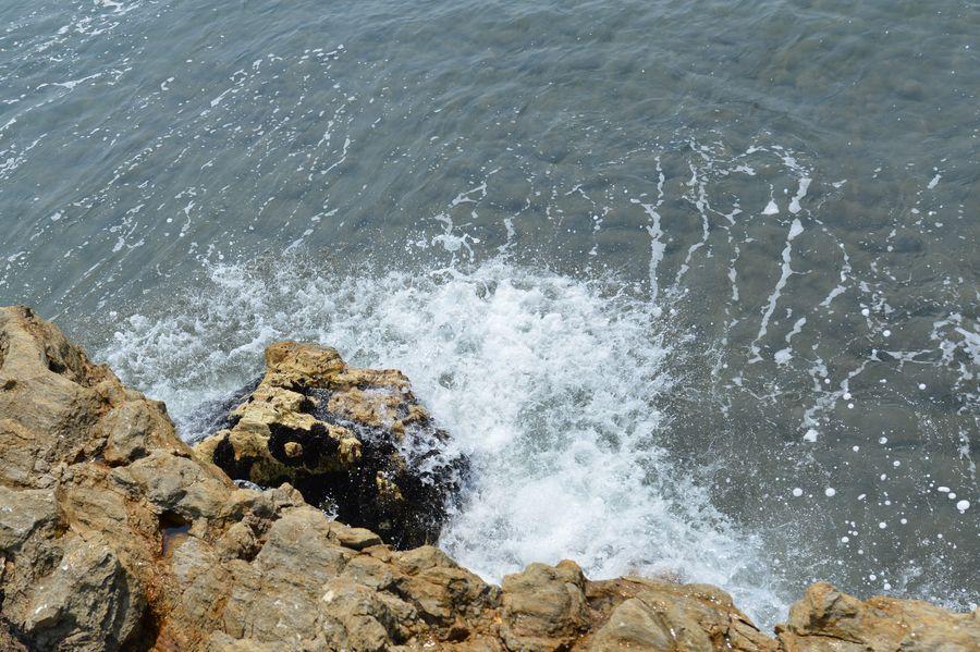 岩場の波-5