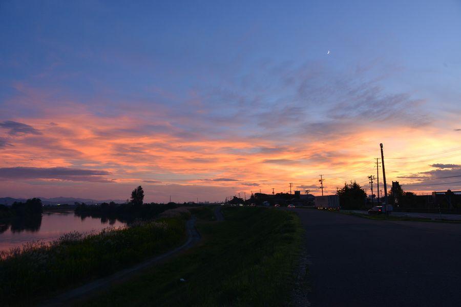 土手道からの夕暮れ-1