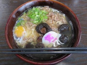 肉うどん 580円+椎茸 180円+玉子 70円