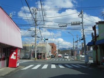 店最寄の則松六丁目交差点からは、北九州の山「皿倉山」が見える