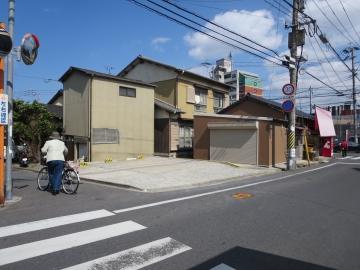 駐車場 左に2台、店は右端