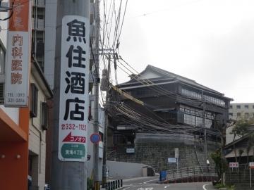 路地入口の目印電柱、正面は三宜楼