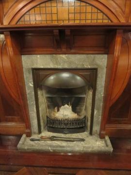 館内は暖炉が印象的