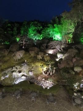 洋館2階から見る庭園は嵐山をイメージされたもの