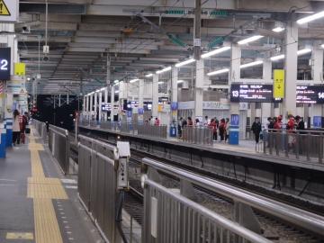 新幹線ホーム、カープ勝利の日