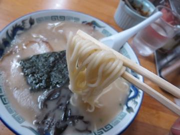 麺と膜張るスープ表面
