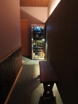 入口を入ると、この空間。先の左に店内への引戸