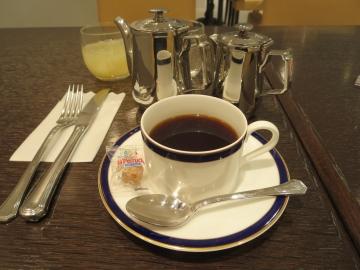 コーヒーはポットで、その横はミルク
