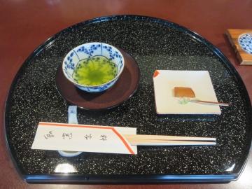 生姜の甘露煮と一杯のお茶から始まる席