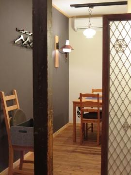 お店入ってすぐはカウンター席、奥にテーブル席2卓