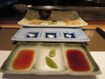 タレ2種類、山葵、柚子胡椒、塩3種類
