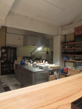 L字カウンター席の内側に広い厨房