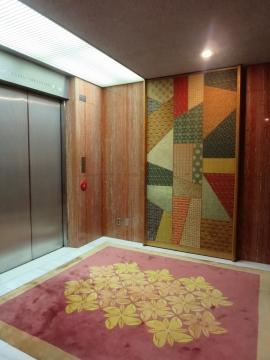 エレベーターでバーへ