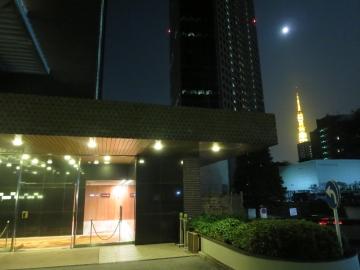 夏至の夜、バーへの入口と東京タワーと16日目の月