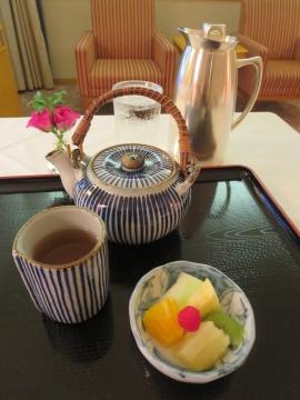 ほうじ茶の茶葉が茶筒に。セルフで