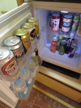 冷蔵庫、ビール700円、ミネラル300円