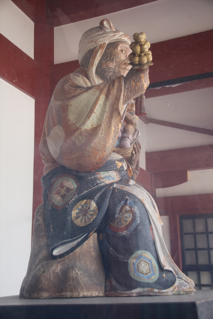 神門にある神猿像_2