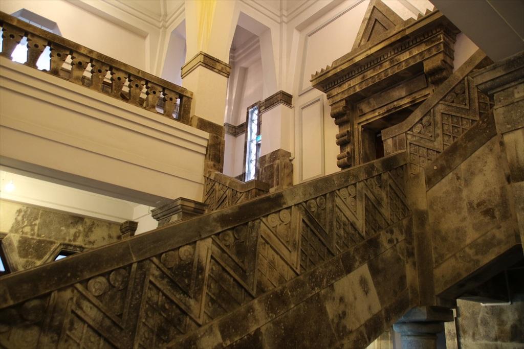 階段の手すりも見事だ_1