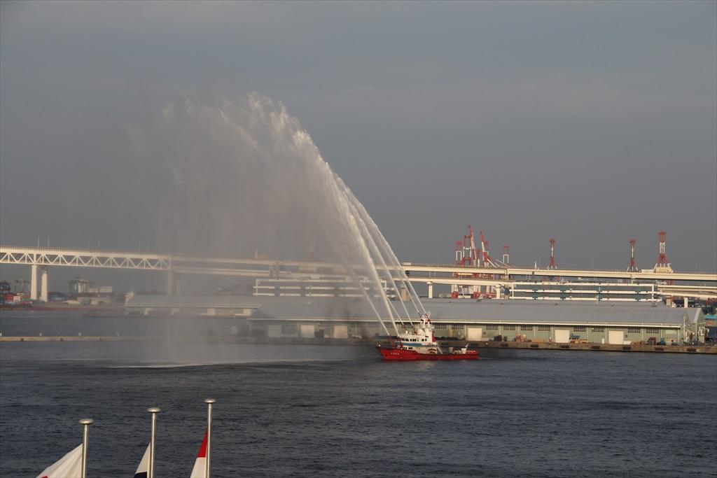消防艇による見送りの放水_1