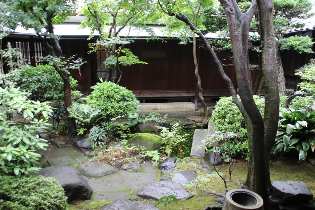 廊下と見えている中庭_3