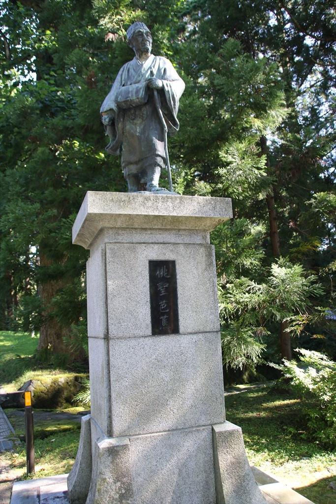 俳聖芭蕉像と石碑_1
