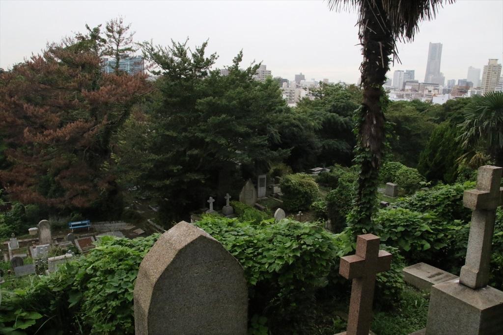 真ん前にある外人墓地_1
