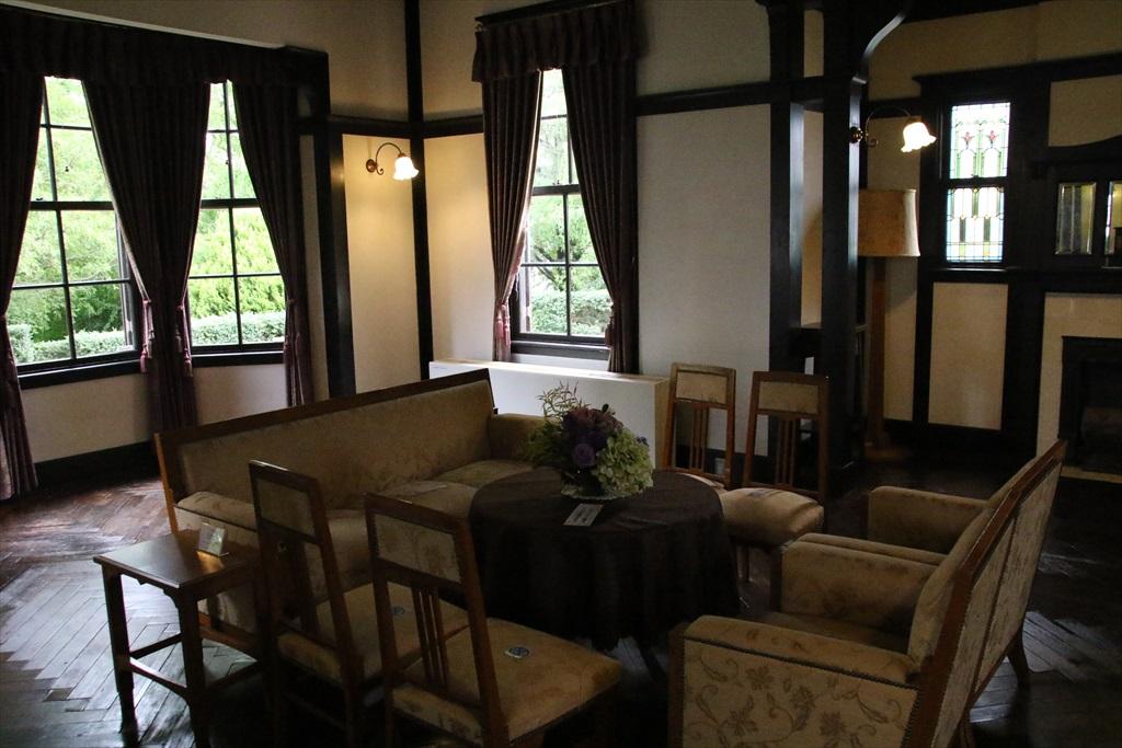 応接室として使われた大客間と、寛げる雰囲気の小客間_2
