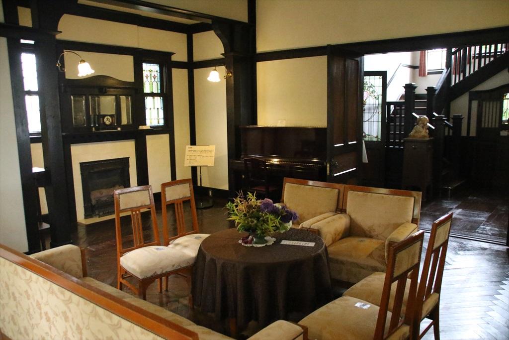 応接室として使われた大客間と、寛げる雰囲気の小客間_3