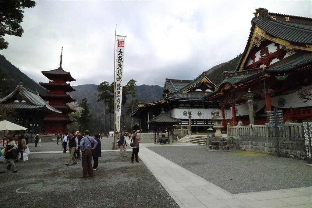 仏殿前から見た本堂方向の様子_1