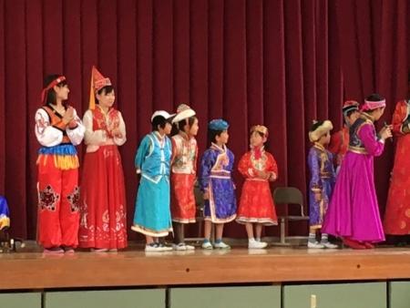 モンゴル衣装を先生と生徒が着ます