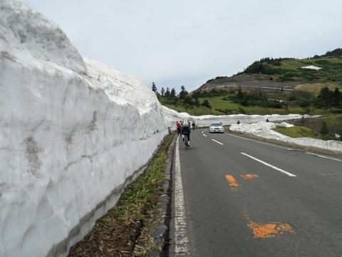 v渋峠へ雪の壁