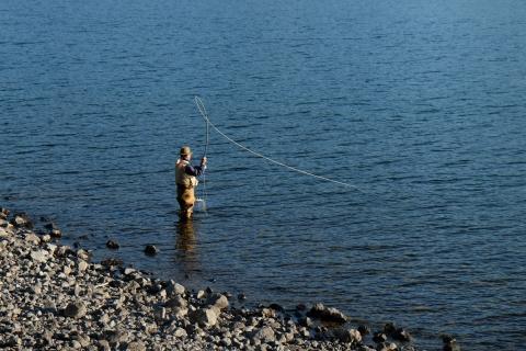 49中禅寺湖ボートハウス釣り人