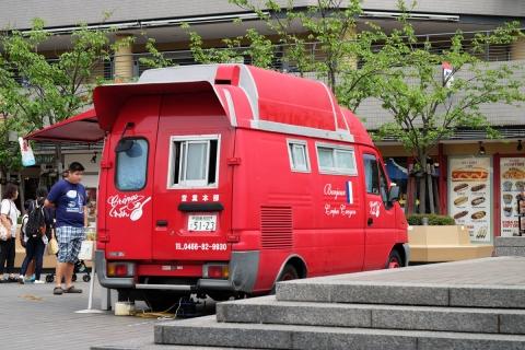 02クレープ屋さんの赤いトラック