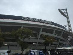 横浜に六甲おろしが鳴り響く。
