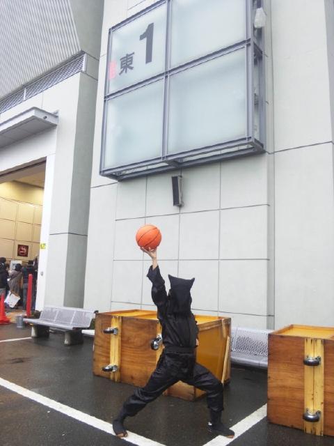 黒子がバスケットボールを持っているコスプレ