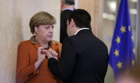 壁際でひそひそ話をするメルケル首相とチプラス首相