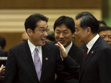 岸田外相と談笑する王毅外相