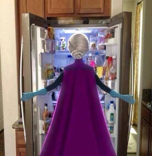冷蔵庫をあさるエルサ(アナと雪の女王)