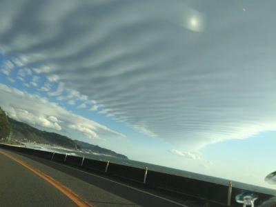 ChryKIyUoAIPx5y新潟で巨大な地震雲の目撃情報が続出中