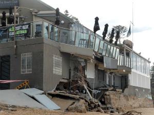 CkWXCIaUoAA6kecその並びに当たるビーチフロントのカフェ&パブは