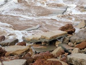 CkWZCP6UUAQr9P2波に土砂をさらわれ、